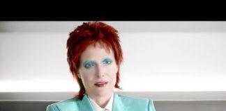 "Gillian Anderson jako David Bowie w ""American Gods"""