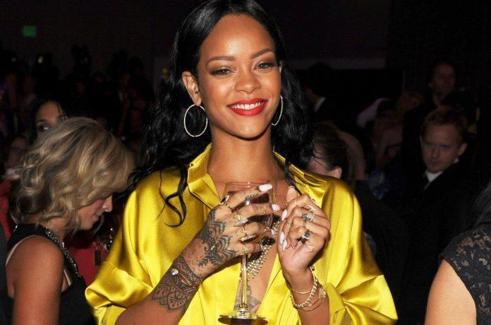 Rihanna promuje swoją linię kosmetyków z zasznurowaną łydką!