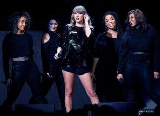 Taylor Swift zszokowała fanów! Wystąpiła z bożonarodzeniowym wężem!