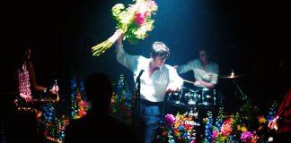 Japoński kwiatowy performance Iceage