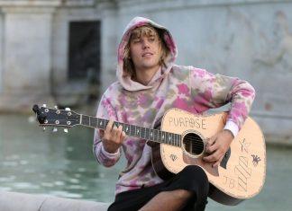 Justin Bieber śpiewa dla Hailey Baldwin pod pałacem! (WIDEO)