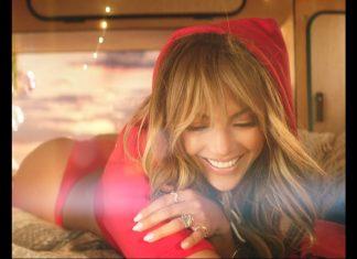 Jennifer Lopez w bikini pręży się na czerwonym samochodzie (WIDEO)