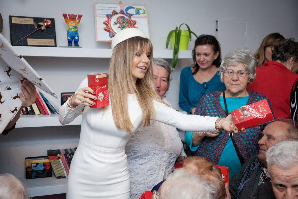 Doda odwiedziła seniorów i przekazała im 10 tys. zł na leki