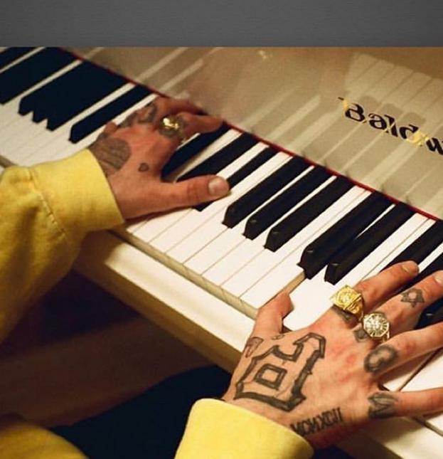 Mac Miller gra na pianinie / fot. Instagram Ariana Grande