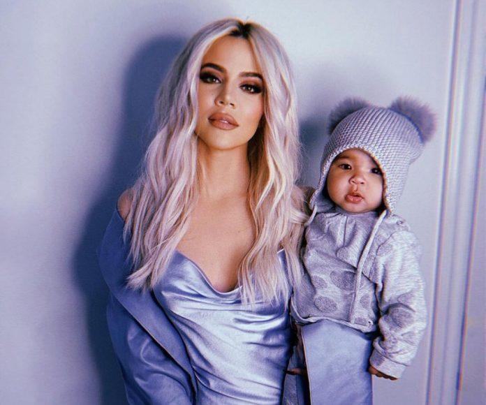 Córka Khloe Kardashian zaczęła raczkować