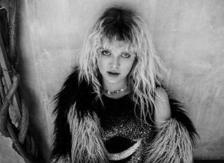 Lion z dzikiego głosu, przywołującego skojarzenia z Janis Joplin, postanowiła uczynić swój atut.