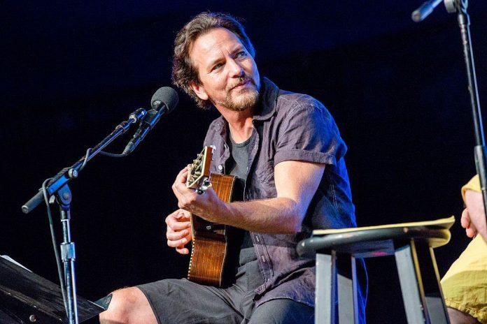Eddie Vedder śpiewa jak Bradley Cooper (WIDEO)