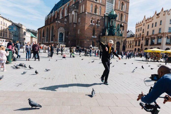 """Urokliwy Kraków oraz Tomasz """"Thomaz"""" Domański, czołowy polski B-Boy, zostali bohaterami jednego z odcinków międzynarodowej serii tanecznych video przewodników miejskich pt. """"Dance City Guide""""."""
