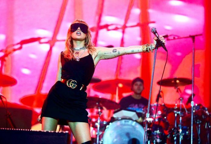 """Miley Cyrus: """"Kocham cię Nicki, ale słucham Cardi"""". 3 nowe zaskakujące utwory!"""