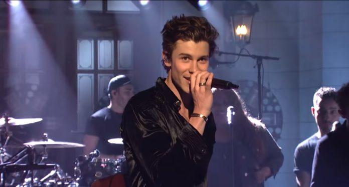 """Shawn Mendes po raz drugi w karierze pojawił się jako gość muzyczny słynnego programu """"Saturday Night Live""""."""