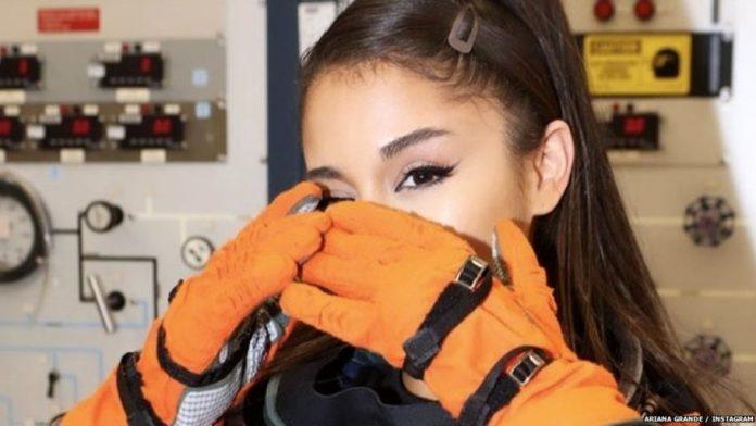 Ariana Grande jako astronautka podczas wizyty w NASA