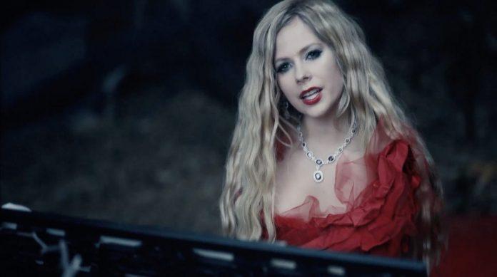 Avril Lavigne w trumnie zakochana w diable (WIDEO)