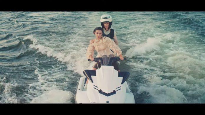 Charli XCX szaleje na skuterze wodnym (WIDEO)