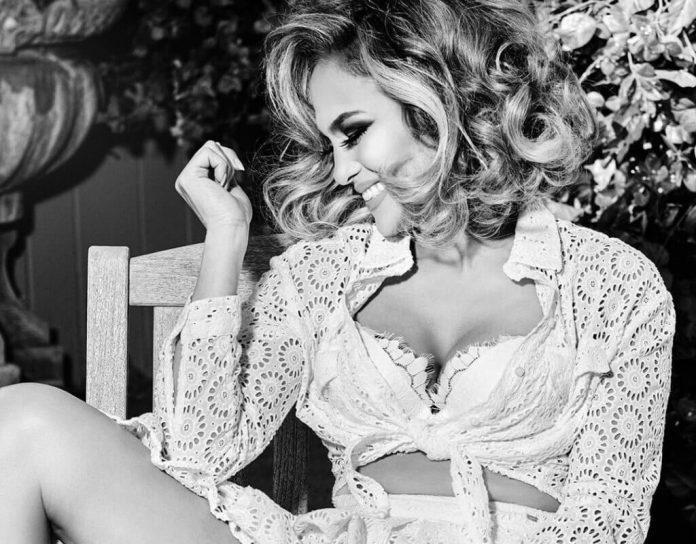 Jennifer Lopez w GORĄCEJ sesji. Pokazała jędrne piersi! (ZDJĘCIA)