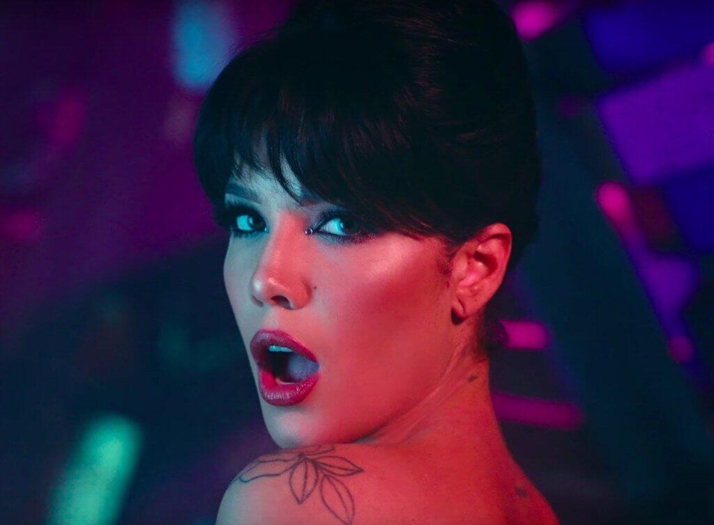 """Halsey ROZBIERA się w seksownym w klipie """"You Should Be Sad"""" (WIDEO)"""