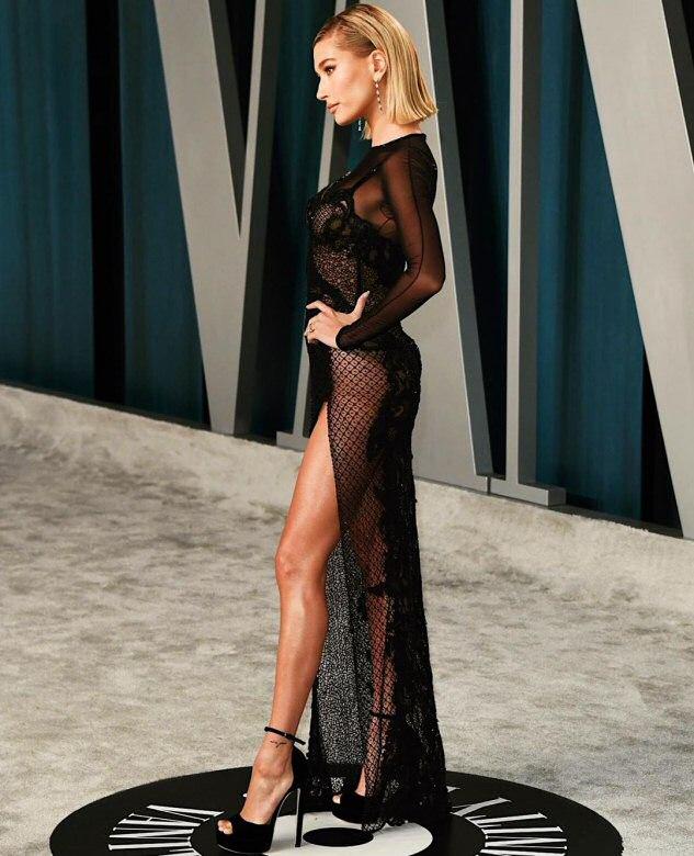 """Hailey Bieber w OSZAŁAMIAJĄCEJ sukience na imprezie """"Vanity Fair"""". Nie można oderwać od niej oczu!"""