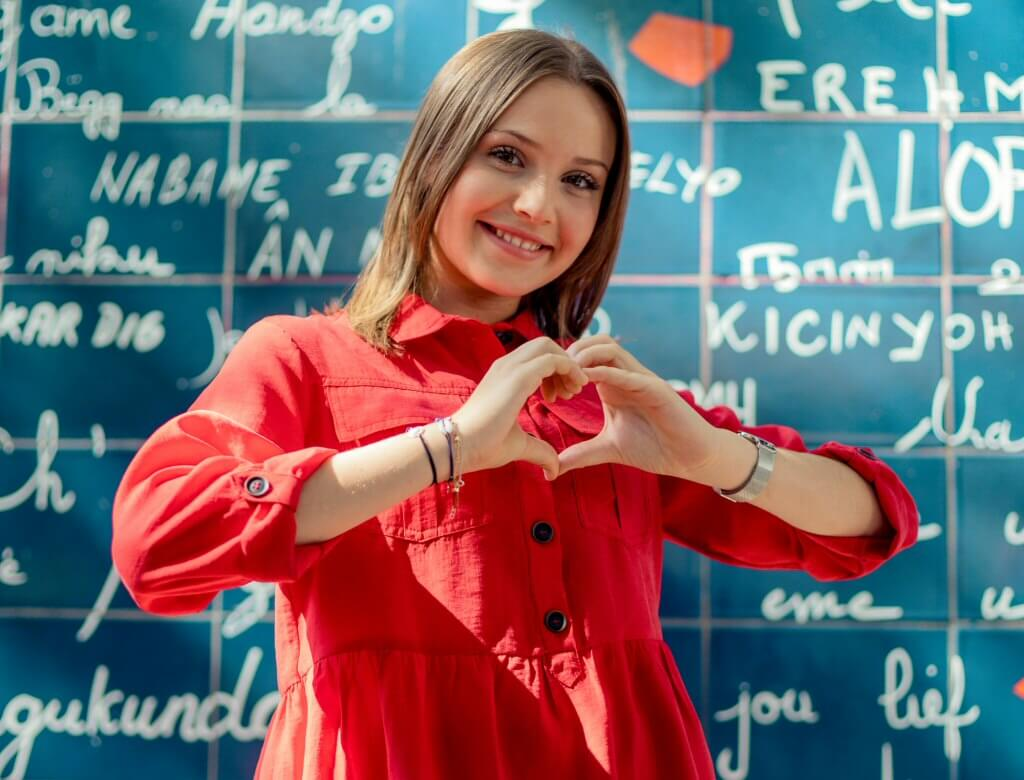 Carla – muzyczny fenomen z Francji – wspiera akcję #zostajęwdomu